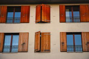 Okna drewniane o PCV. Krótkie porównanie.