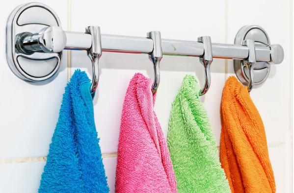 Ręczniki w łazience – praktyczne wieszaki i uchwyty